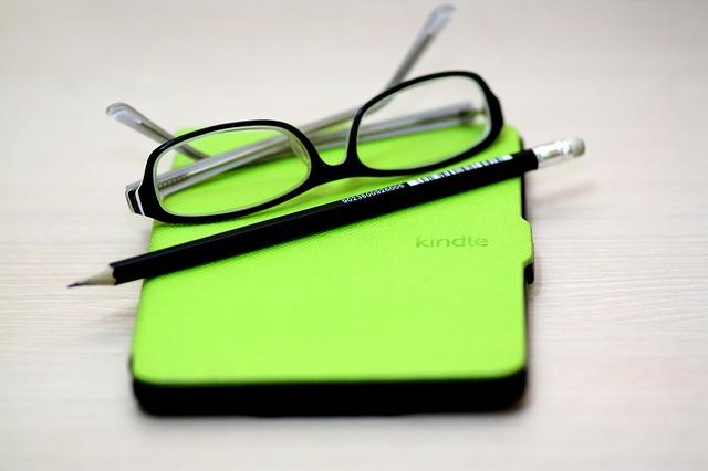 brýle, notebook a tužka