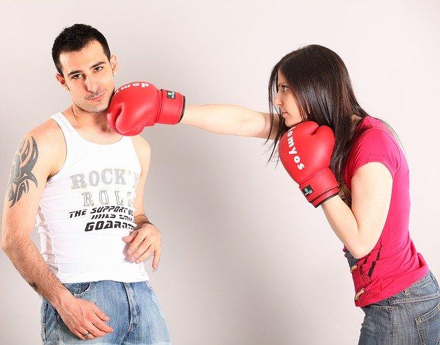 žena boxující muže do tváře.jpg