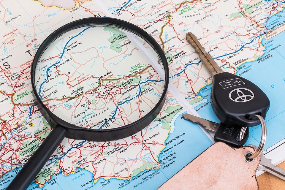 mapa a klíčky od vozu